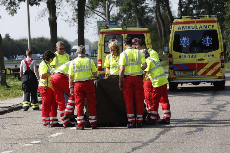 Hulpverleners verzorgen een slachtoffer na een ongeluk op de A58 tussen Goes en Middelburg. Beeld anp