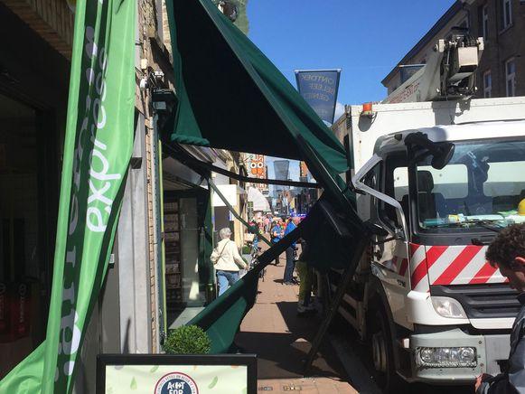 Zowel de vrachtwagen als de luifel liepen nogal wat schade op door het incident.