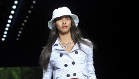 Een model draagt ontwerpen van Tommy Hilfiger. FOTO ANP