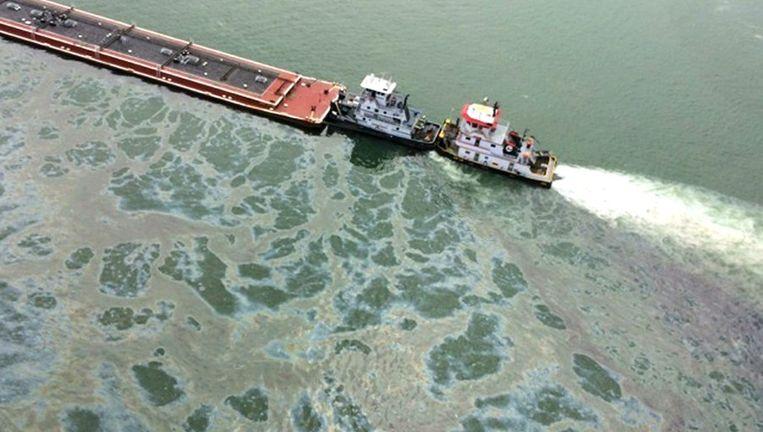 Het incident deed zich zaterdag al voor toen de tanker in dichte mist tegen een sleepboot botste.