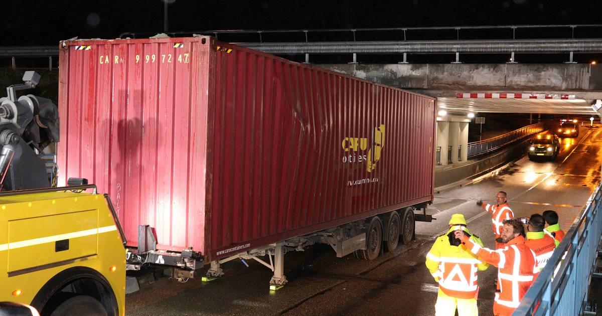 Opnieuw truck klem onder berucht viaduct Waalwijk, ook twee ongelukken op A59 even verderop.
