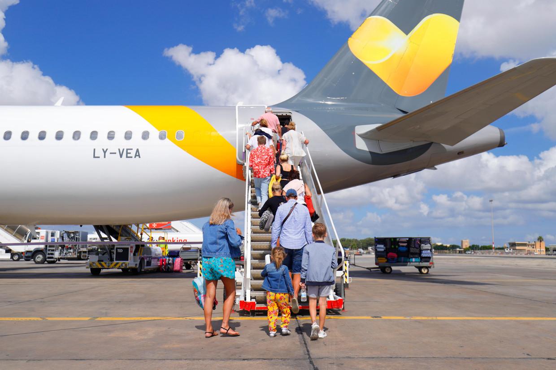Britse passagiers gaan zondag met een vliegtuig van Thomas Cook vanaf Malta naar huis.  Beeld Imageselect