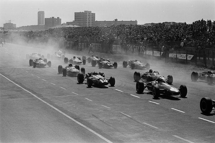 1966: Ruim 50.000 toeschouwers zijn aanwezig bij de start van de GP.