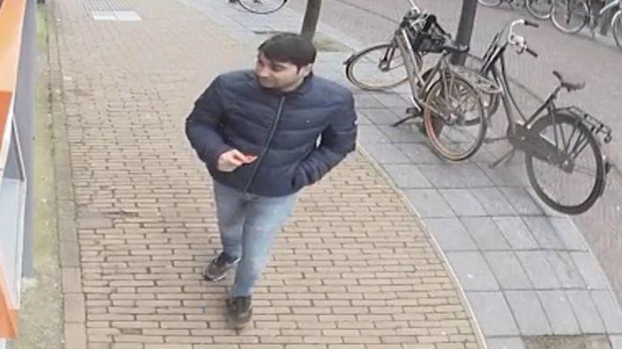 De verdachte man die het geld opnam, aan de Schoolstraat in Voorschoten.