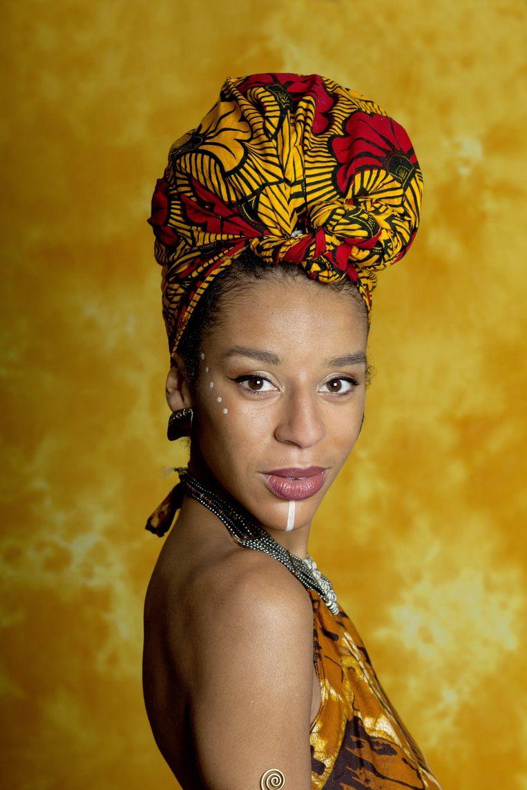 Tania Christina Monteiro draagt een top en hoofddoek uit Senegal en een broek uit Suriname. Beeld Maartje Geels