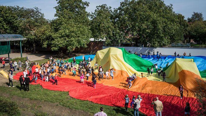 Daltonschool rolt levensgrote vredesvlag uit