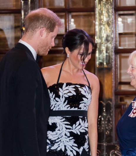 Harry en Meghan lachen om variétégrapjes Greg Davies