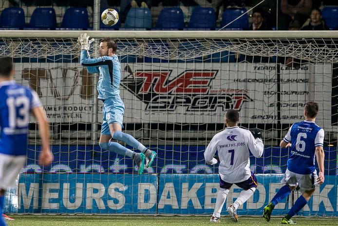 FC Den Bosch keeper Kees Heemskerk laat in de kwartfinale om de KNVB-beker de bal uit zijn handen glippen en verliest van de amateurs van VVSB. Een sportieve en financiële tik voor de club.