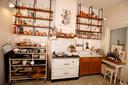 De ruime keuken met tal van kookbenodigdheden.