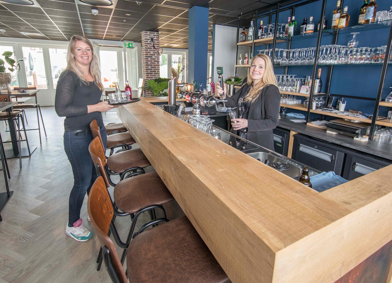Nathalie van Rijsbergen (links) en Judith Wilsing aan hun nieuwe bar.