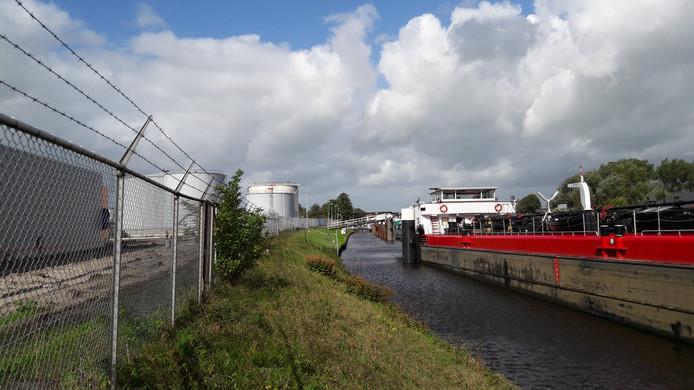 Ondanks de verzakking gaat de op- en overslag van olie gewoon verder op deze plek. Volgens het waterschap is er geen acuut gevaar.