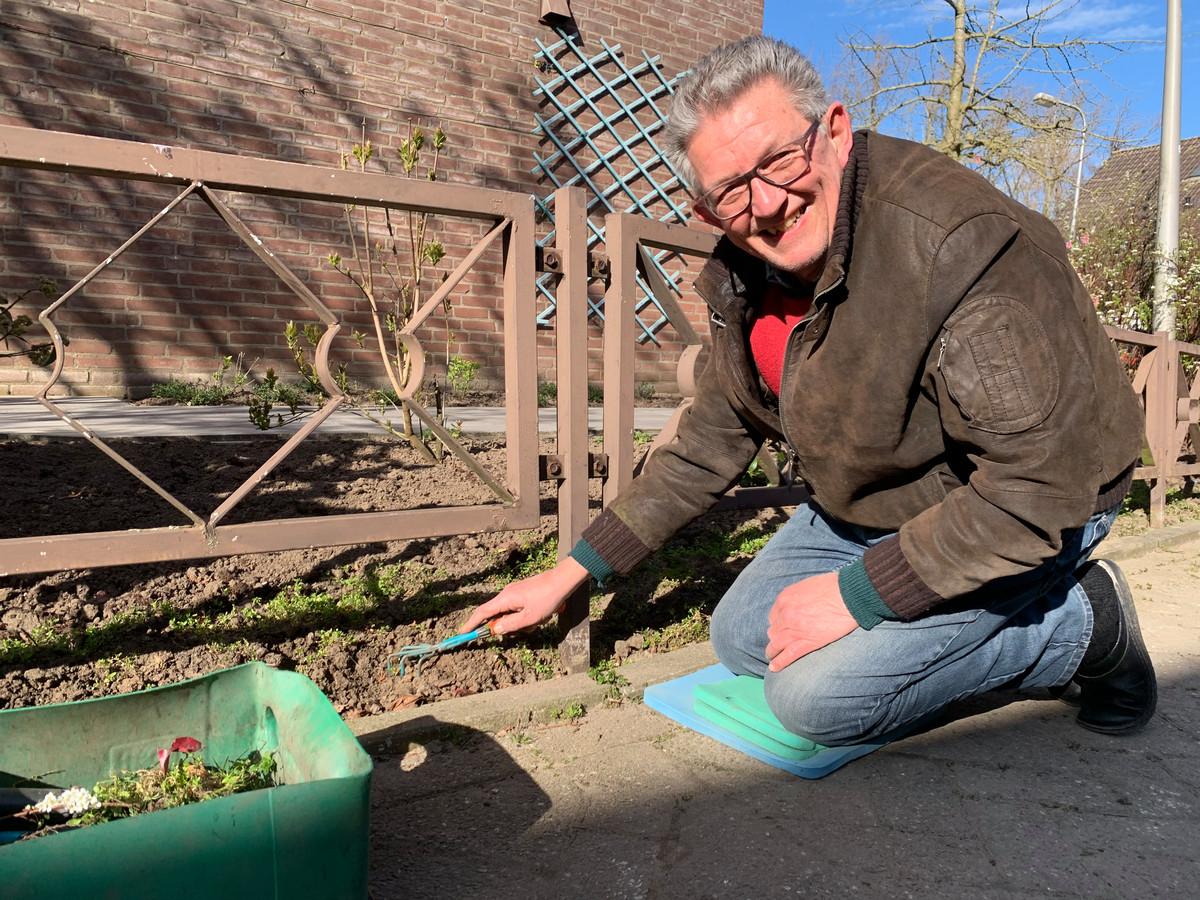 Henk Voorburg uit Schelluinen is lekker aan het werk in zijn voortuin.