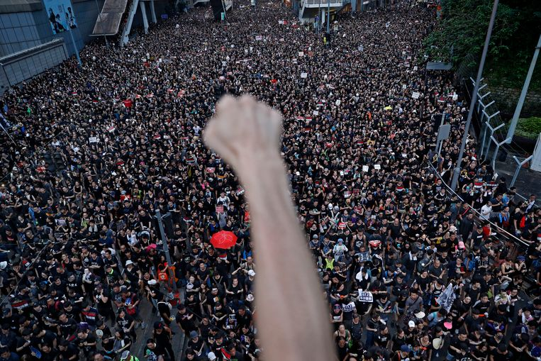 Betogers zijn in Hongkong massaal de straat opgegaan om te protesteren tegen de omstreden uitleveringswet. Beeld AP