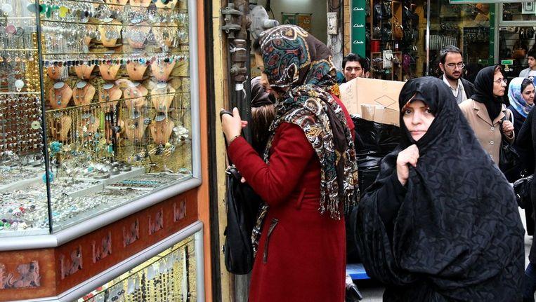 Een juwelierszaak in de bazaar in Teheran. De Iraanse rial heeft een recordlaagte bereikt. Beeld EPA