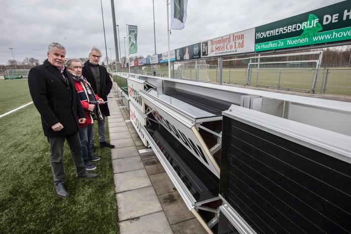 Reclameborden met zonnenpanelen bij RKSV Nuenen. vlnr Vincent Raessens, Toon Hurkmans en Jack Aldenhoven.