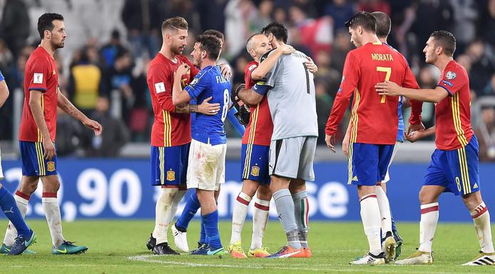 Spelers van Italië en Spanje bedanken elkaar na het heenduel in Turijn: 1-1.