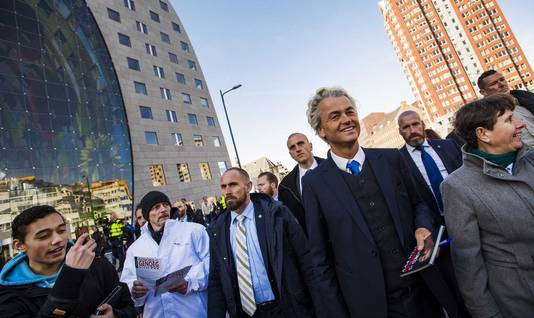 PVV-leider Geert Wilders eind februari. Hij deelt flyers uit bij de Rotterdamse Markthal en trapt zo de campagne van de PVV voor de Provinciale Statenverkiezingen af