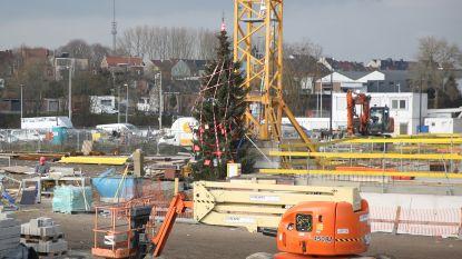Arbeiders op Nederhem versieren kerstboom met werfmateriaal