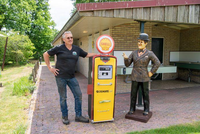 Jeroen Slager naast de benzinepomp op zijn camping in Balkbrug.