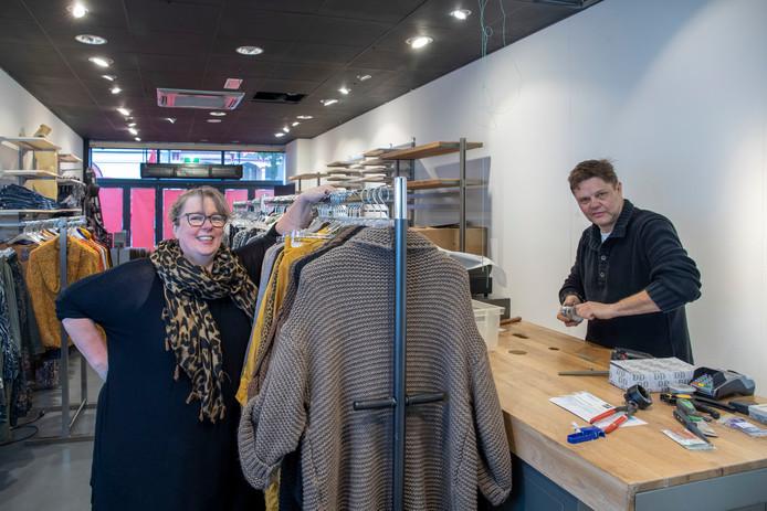 Bianca en Pim Wessels beginnen, tegen de trend in, een nieuwe modezaak in de Hoogstraat in Wageningen.
