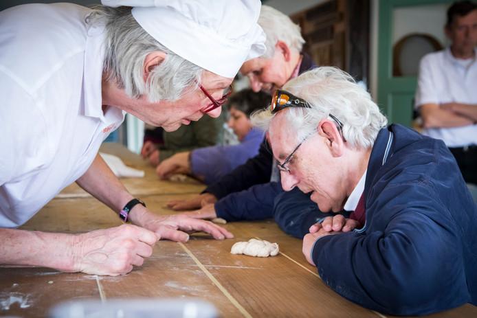 Voelen, ruiken, kneden en zelf de vorm van de broodjes bepalen. Vanaf komende week start bij het bakkerijmuseum in Luyksgestel een bakdemonstratie voor blinden en slechtzienden.
