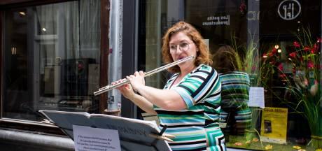 Pour déjouer la crise, Mélanie joue de la musique devant sa chocolaterie