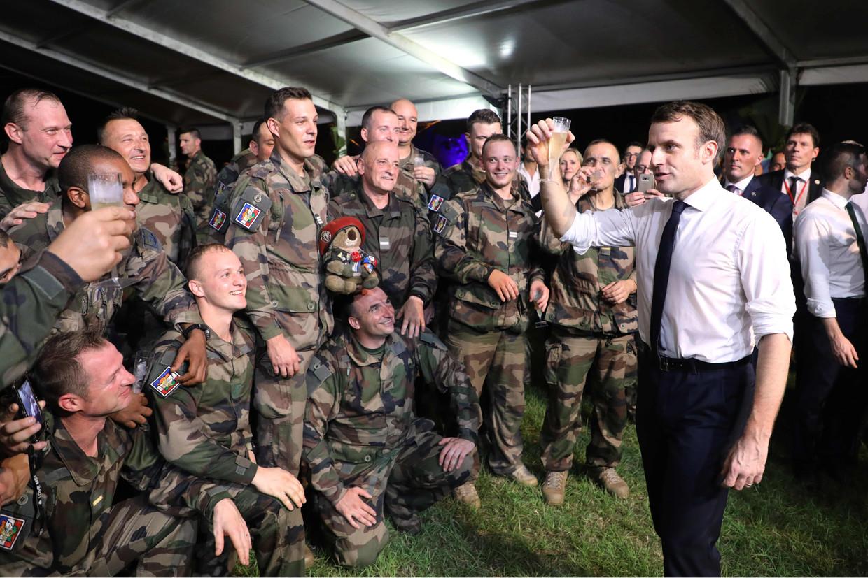 De Franse president Emmanuel Macron viert zijn verjaardag met Franse soldaten tijdens een kerstdiner in een militair kamp bij Abidjan in Ivoorkust.