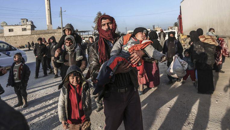 Syriërs arriveren zaterdag bij de Turkse grens, op de vlucht voor het offensief van het regeringsleger van president Assad en zware Russische luchtaanvallen. Beeld ap