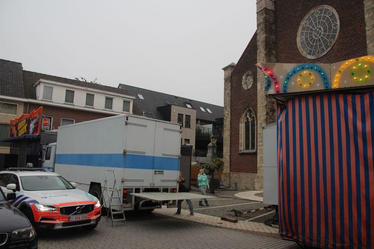 De draaimolen voor de kerk werd aangereden door een vrachtwagen.