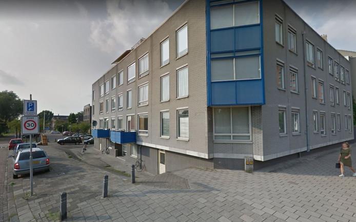 Een bewoner van het appartementencomplex aan de Muntkade in Utrecht zou niet alleen veel overlast veroorzaken, maar ook verantwoordelijk zijn voor illegale prostitutie in de flatwoning.