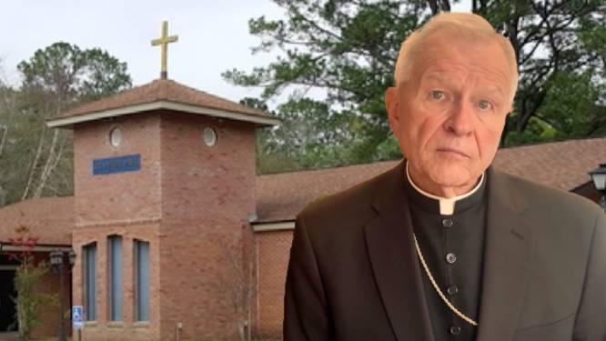 Priester betrapt tijdens trio met twee vrouwen op het altaar in de kerk