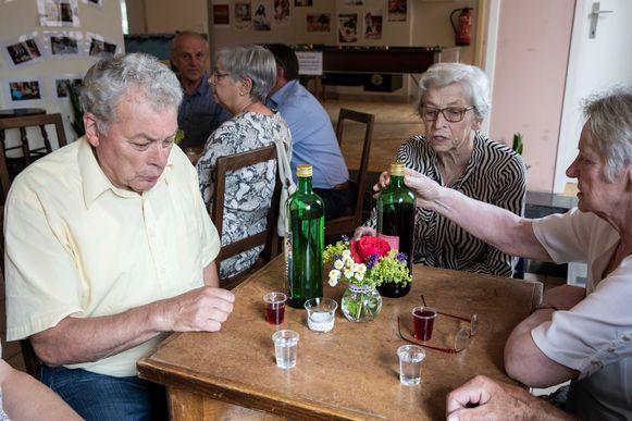 """Onder het motto """"Iedereen Jeneverbaron"""" halen senioren uit Martenslinde verhalen over over jenever, tradities, gebruiken en ritualen over deze geestrijke drank."""