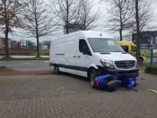 Scooter geraakt door bestelbus, bestuurder gewond