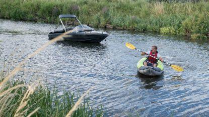 Kajakker brengt losgeslagen bootje terug aan de kant op Moervaart