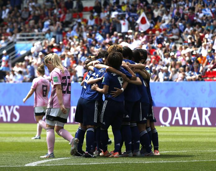 De Japanse voetbalvrouwen juichen na een treffer.