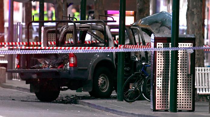 De met gasflessen gevulde uitgebrande auto van de dader van de steekpartij in Melbourne.