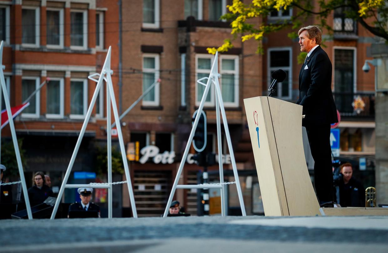Koning Willem-Alexander houdt maandagavond tijdens Dodenherdenking een speech op de Dam in Amsterdam.  Beeld ANP