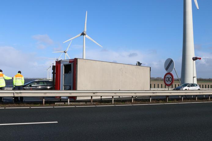 Op de Ketelbrug in Flevoland is een bouwkeet van een vrachtwagen gevallen. Twee rijstroken zijn afgesloten voor verkeer.