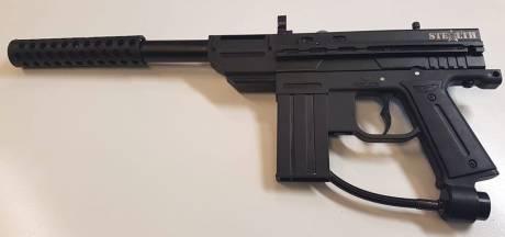 Agenten nemen paintball-geweer in beslag in Woensdrecht: 'Toch snel geneigd je geld af te geven als je dit ziet'