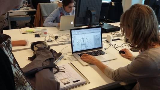 Het ontwerpen van kleding en het maken van patronen gebeurt op de redactie in Amsterdam. De kleding zelf wordt in Roemenië gemaakt.