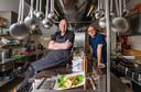 Chef-kok Peter van Overbeek (links) en voorzitter Eric Leenderts van het Maitreya Instituut in Loenen. Het zijn de mannen achter het boek Geheimen uit een boeddhistische keuken.