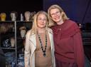 De echte Pauline Krikke (r) en haar toneelversie, actrice Betty Schuurman, ontmoeten elkaar na de try-out in de Koninklijke Schouwburg.