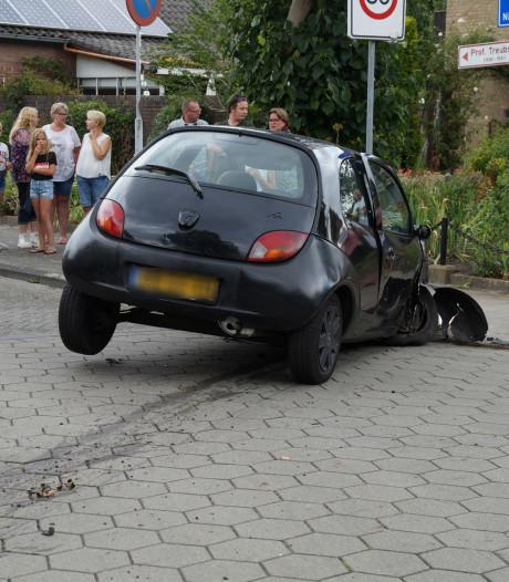 Auto raakt twee bomen en komt zwaar gehavend tegen stoep tot stilstand in Waalwijk