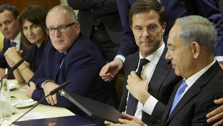 Premier Mark Rutte en zijn Israelische collega Benjamin Netanyahu (R) tijdens een ontmoeting. Links minister Timmermans. Beeld ANP