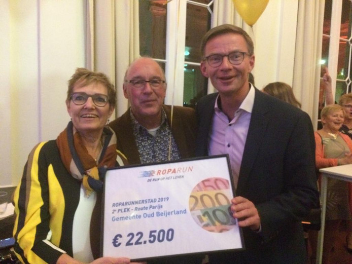 Wethouder Harry van Waveren (rechts) nam de 22.500 euro in ontvangst die de gemeente Hoeksche Waard mag verdelen  over projecten die in lijn liggen met de doelstelling van Roparun.