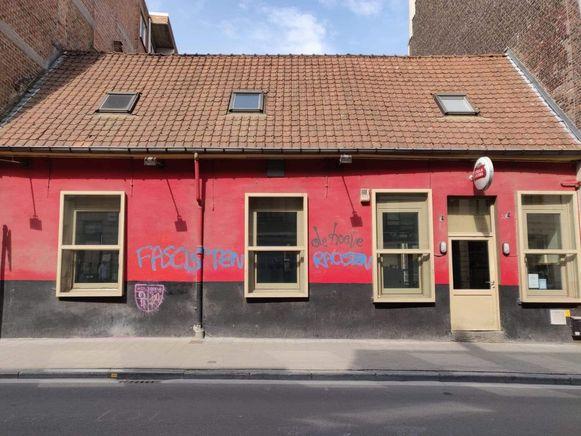 Graffiti op de gevel en een dichtgespoten slot: café De Hoeve werd geviseerd na de doortocht van Vlaams Belang.