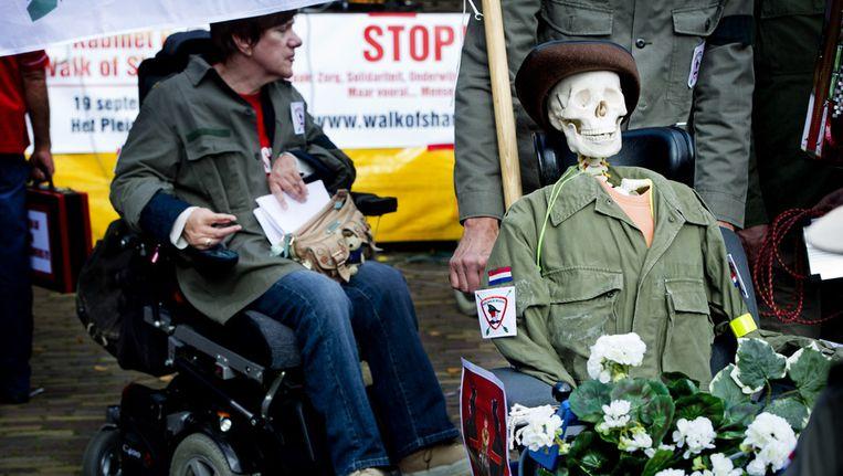 Gehandicapten demonstreren maandag op Het Plein in Den Haag tegen de bezuinigingen op het persoonsgebonden budget (PGB Beeld ANP