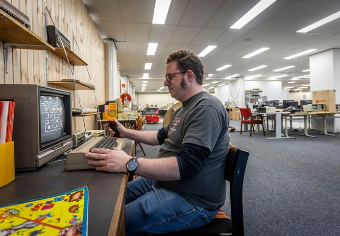 Museumdircecteur Bart van den Akker achter een Commodore64. Deze en andere oude spelcomputers zijn nu te huur bij het HomeComputerMuseum in Helmond.