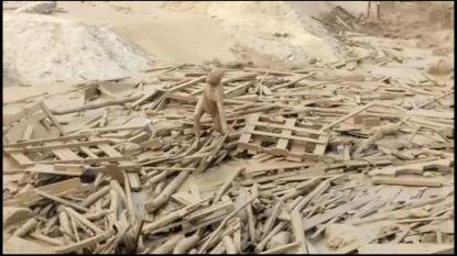 Vrouw klautert compleet uitgeput uit modderstroom in Peru
