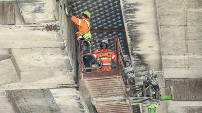 Brokkelbrug maakt nieuw slachtoffer: stuk beton door achterruit voorbijrijdende auto